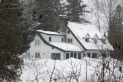 C'est dans cette maison de Prévost que Guy... (Photo Robert Skinner, Archives La Presse) - image 3.0