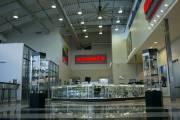 Jim Lynch a converti quatre salles de montre automobiles à la vente d'armes à feu et de munitions. Les ventes d'armes à feu compensent pour la vente de 15 Hummer par mois.