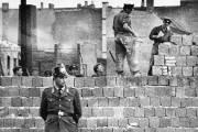 En octobre 2001, un policier de Berlin Ouest... (Photo AP) - image 2.0