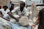 Un homme tente de porter secours à une... (Photo: Tequila Minsky, The New York Times) - image 2.0