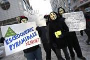 Une demi-douzaine de manifestants masqués du groupe Anonymous... (Le Soleil, Laetitia Deconinck) - image 1.0
