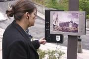 Une touriste regarde l'image d'archives et écoute les... (Photo fournie par la Société du Patrimoine urbain de Québec) - image 3.0