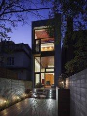 Vitrée, la façade arrière prolonge les espaces intérieurs... (Photo fournie par Tom Arban Photography) - image 2.1