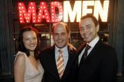 Matthew Weiner entouré de deux vedettes de Mad... (Photo: AP) - image 1.0