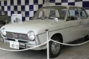 La Subaru 1000 a été lancée en 1966, la même année quel'avionFuji Fa-200 Aero  Subaru, qu'on voit en haut de cet article. Les deux machines étaient mues par  des 4-cylindres plats.