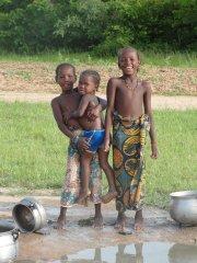 Enfants du Mali lavant la vaisselle (et dont... (Photo: bruno Blanchet, collaboration spéciale) - image 1.0