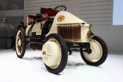 Reproduction de la Semper Vivus («Toujours Contente»), premier véhicule hybride conçu par Porsche il y a 111 ans.