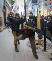 Un squeegee a empoigné un bâton de bois... (Photo: André Pichette, La Presse) - image 2.0