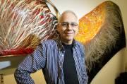 Pierre Arpin fait vivre le métal et permet la conservation de pièces d'autos. Le capot et la portière deviennent des oeuvres.