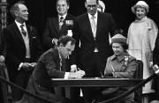 Jean Chrétien, Pierre Elliott Trudeau et Elizabeth II... (Photo archives PC) - image 2.0