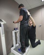 L'entraîneur-chef Stéphane Boivin supervise une batterie de tests... (Photo Marco Campanozzi, La Presse) - image 3.0