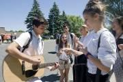 Des élèves de l'école Cavelier-De LaSalle manifestent jeudi... (Photo: La Presse Canadienne) - image 2.0