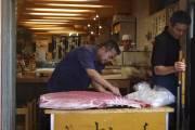 Un poissonnier découpe un thon rouge dans un... (Photo Valérie Simard, La Presse) - image 2.0