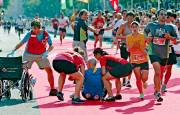 En raison de la chaleur accablante, les coureurs... (Le Soleil, Pascal Ratthé) - image 1.0