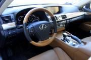 Le tableau de bord de cette Lexus LS 460h montre bien le soin apporté à la finition intérieure du porte-étendard de la marque japonaise.