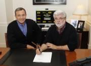 Le PDG de Disney, Robert Iger, et George... (Photo: Reuters) - image 2.0