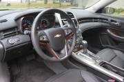 Un tableau de bord enveloppant caractérise la présentation intérieure de la Chevrolet Malibu 2012.