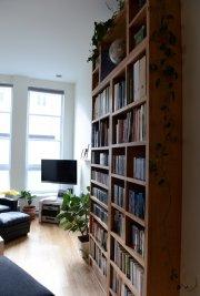 Haute, étroite et mince, cette bibliothèque en érable... (Le Soleil, Patrice Laroche) - image 3.0