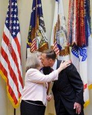 Le général Petraeus et sa femme Holly en... (Photo: AFP) - image 2.0