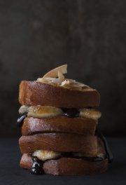 Sandwich pressé au chocolat, bananes caramélisées et noix... (Photo: Christelle Tanielian) - image 2.0