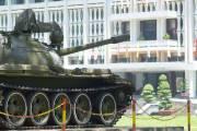 Le char d'assaut devant le palais de la... (Julie Ménard, collaboration spéciale) - image 3.0