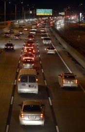 L'incendie a provoqué une congestion sur la route... (PHOTO BERNARD BRAULT, LA PRESSE) - image 2.0