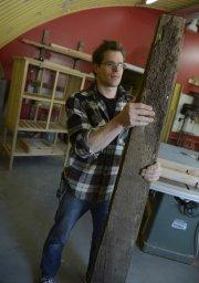 Alexandre Godbout tient une planche d'un plafond de... (Le Soleil, Patrice Laroche) - image 1.0