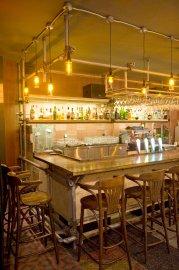 Le bar est enchâssé dans une structure d'échafaudage.... (Le Soleil, Steve Deschênes) - image 2.0