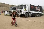Le parc fermé où se trouve l'imposante caravane du Dakar 2013 attire toutes sortes de curieux, à Lima.