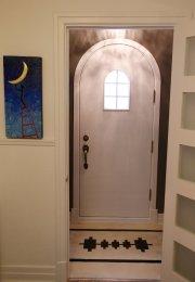 Au sol de l'entrée, une mosaïque familiale. Le... (Le Soleil, Yan Doublet) - image 2.0