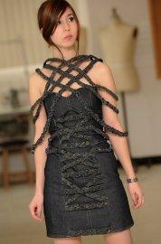 Stéphanie présente la robe courte qu'elle a confectionnée... (Le Soleil, Patrice Laroche) - image 1.0
