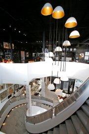 L'escalier sculptural est surmonté d'une cascade de luminaires.... (Le Soleil, Yan Doublet) - image 2.0