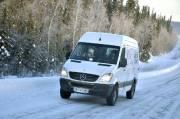 En hiver, la route n'est pas «grattée» à  fond. Les niveleuses y  laissent environ trois centimètres de neige  durcie, alors qu'une  deuxième lame y creuse des sillons qui servent à  négocier les  nombreuses courbes.