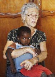 Jacqueline Lessard en compagnie d'un des orphelins dont... (PHOTO MARTIN CHAMBERLAND, ARCHIVES LA PRESSE) - image 2.0