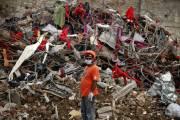 Un secouriste devant les décombres.... (Photo A.M. Ahad, AP) - image 2.0