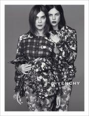 Carine Roitfeld et Julia Restoin Roitfeld pour Givenchy... (Photo fournie par Givenchy - Mert & Marcus) - image 2.0