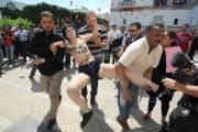 Une des trois Femen mise en état d'arrestation,... (PHOTO FETHI BELAID, AFP) - image 1.0