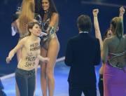 Deux militantes du groupe féministe Femen ont perturbé... (PHOTO ULI DECK, AFP) - image 2.0