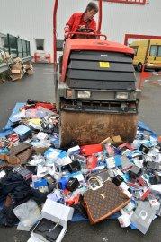Un million d'articles de contrefaçon saisis ces... (PHOTO FRANK PERRY, AFP) - image 2.0