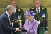 C'est habituellement la reine qui remet la Gold... (PHOTO TOBY MELVILLE, REUTERS) - image 3.0