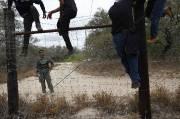Des Mexicains traversent clandestinement la frontière américaine.... (PHOTO ERIC THAYER, REUTERS) - image 2.0