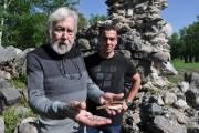 Pio Bégin et Aurélien Angeart devant les ruines... (Collaboration spéciale Johanne Martin) - image 1.0