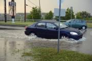 Beaucoup d'eau s'est accumulée au carrefour giratoire au... (photo Jeannot Lévesque) - image 1.0