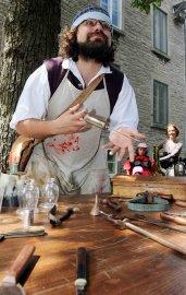 Baptiste, le barbier-chirurgien-apprenti apothicaire, accueille les visiteurs dans... (Photo Le Soleil, Erick Labbé) - image 2.0
