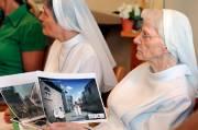 Une soeur augustine avec des images du projet,... (Le Soleil, Erick Labbé) - image 1.0
