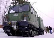 Le BV 206, un véhicule de transport à chenilles.