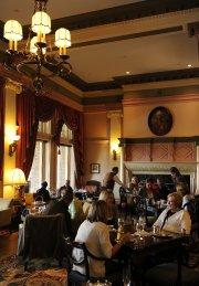 Le somptueux salon de thé de l'hôtel Empress... (Photo Bernard Brault, La Presse) - image 2.1