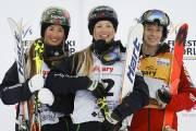 Justine Dufour-Lapointe (au centre) en compagnie de Hannah... (PHOTO JEFF MCINTOSH, PC) - image 1.0