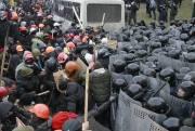 De violents affrontements causant des dizaines de blessés... (Photo GLEB GARANICH, Reuters) - image 1.1