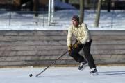 Le peintre Peter Doig joue au hockey.... (Photo: Martin Chamberland, La Presse) - image 4.0